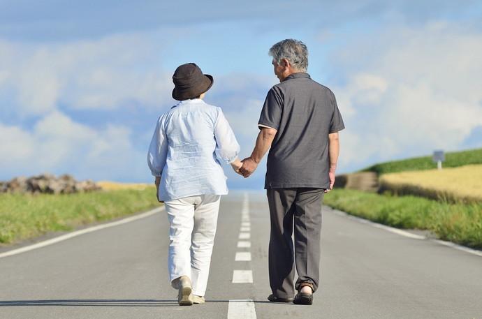 歩いている老夫婦