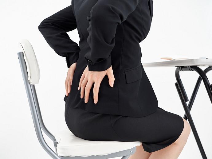 腰を押さえている女性