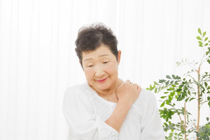 肩を触っている高齢女性あし花
