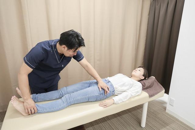 あし花整骨院の坐骨神経痛への施術の様子